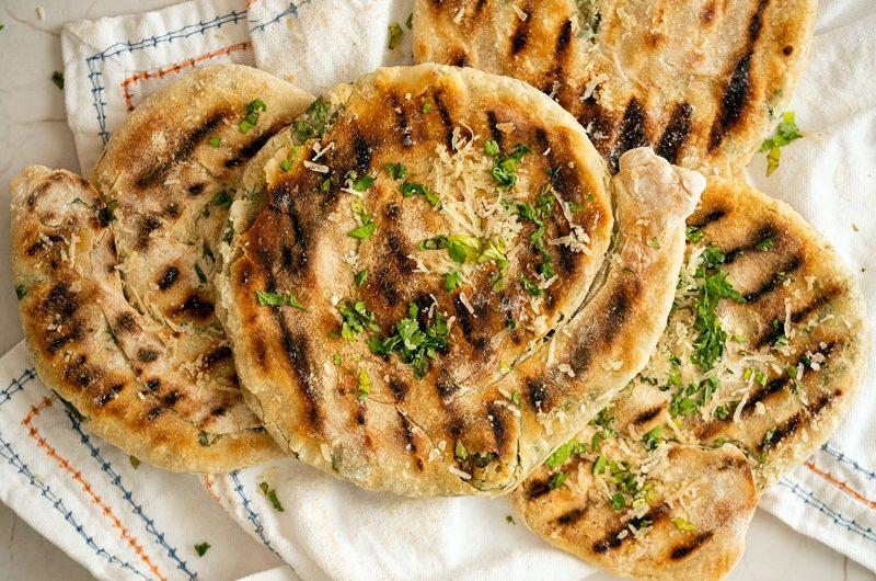 Pan en sartén de ajo y perejil